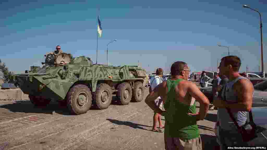 На админгранице стоитукраинский БТР с военными