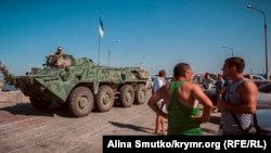 Український БТР на пункті пропуску «Чонгар». 10 серпня 2016 року