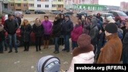 На вуліцы Агінскага, 27 у Горадні людзі сабраліся каля пабудаваных дамоў, у якія іх не засяляюць