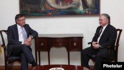 Встреча министра иностранных дел Армении Эдварда Налбандяна (справа) с действующим председателем ОБСЕ, министром иностранных дел Украины Леонидом Кожарой (слева), Ереван, 15 июля 2013 г.