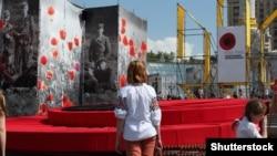 Інсталяція на майдані Незалежності в Києві до Дня пам'яті та примирення, який Україна відзначає 8 травня, вшановуючи жертв Другої світової війни