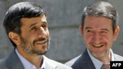 مجتبی ثمره هاشمی (راست) در کنار محمود احمدینژاد