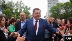 Određeni ljudi će biti izmanipulisani, a rezultati vladavine su katastrofalni: Antić (na fotografiji: Milorad Dodik i njegove pristalice)