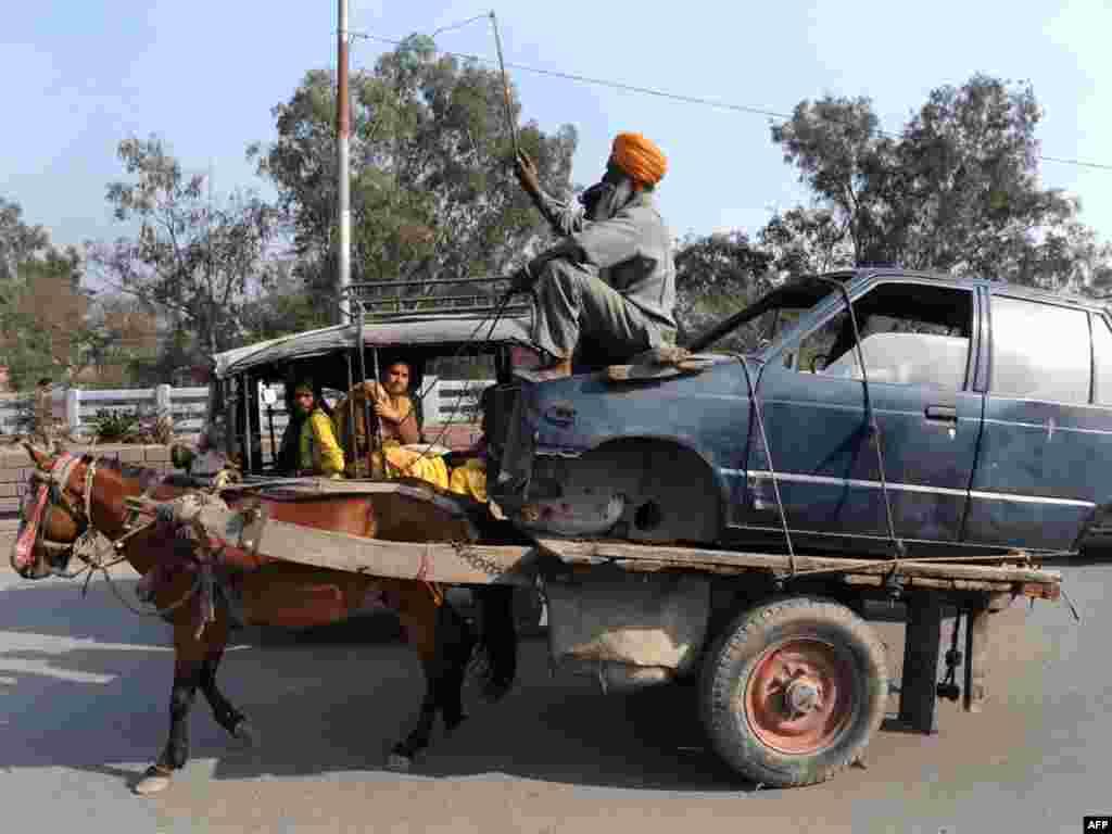 Індыя: эвакуацыя парэштаў аўтамабіля пасьля аварыі