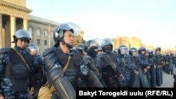Милиция митингчилерди аянттан сүрүп чыгарды