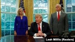 دونالد ترامپ (نفر وسط) همراه با مایک پنس (راست)، معاون رئیسجمهوری،و کریستین نیلسن، وزیر امنیت میهن.