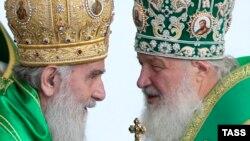 Patriarku rus, Kirill dhe Patriarku serb, Irinej gjatë një shërbimi të përbashkët në një kishë të Moskës, 18 korrik, 2013