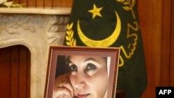 Пәкістанның бұрынғы үкімет жетекшісі, марқұм Беназир Бхуттоның суреті. Исламабад, 21 қазан 2011 жыл.