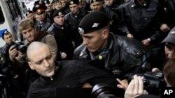 Задержание Удальцова полицией во время митинга оппозиции