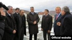 Hashim Thaçi gjatë vizitës në Mitrovicë