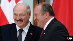 Беларусь президенті Александр Лукашенко (сол жақта) Грузия президенті Георгий Маргвелашвилимен кездесуде. Тбилиси, 23 сәуір 2015 жыл.