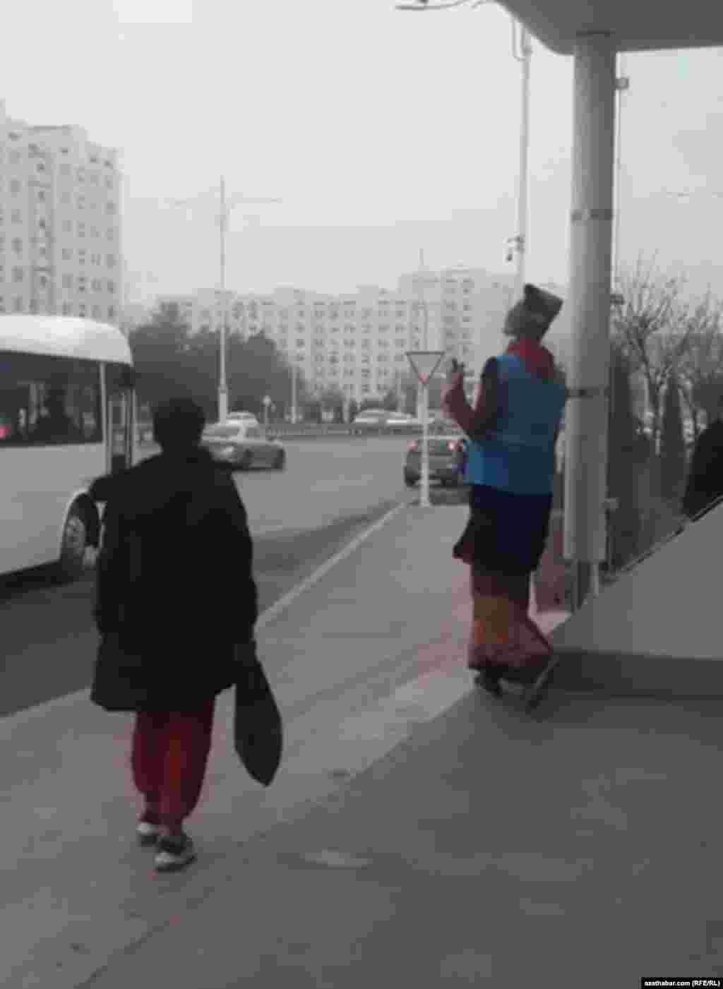 Уборка автобусной остановки в Ашхабаде