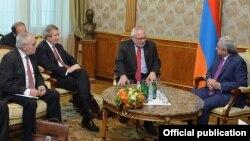 Arxiv fotosu: ATƏT-in Minsk Qrupunun həmsədrləri Ermənistan prezidenti Serzh Sakisian-la görüşdə. 26 oktyabr 2015
