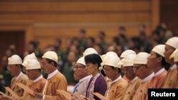 Мјанмар Аунг Сан Су Ки во парламентот