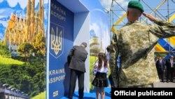 Украина-Словакия чек арасындагы символикалуу эшикти ачуу аземи. Украиндер Европага ык тарткандан тарта Орусия менен мамилеси бузулган.
