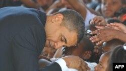 Барак Обама окуучу кыздын сөзүн үзбөй тыңшоодо. Нью Орлеан. 15-октябрь 2009