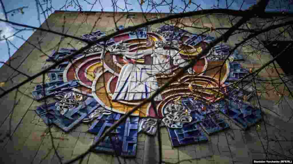 Стены общественных зданий Припяти оформляли известные украинские художники. Их работы постепенно разрушаются.