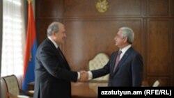 Президент Армен Саркисян (слева) и премьер-министр Серж Саргсян