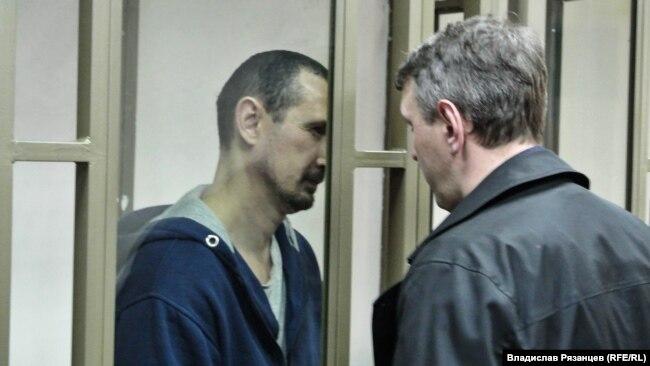 Евгений Каракашев с адвокатом Алексеем Ладиным в суде