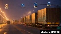 Колонна автомобилей на границе России и Беларуси. 9 декабря 2014 года.