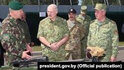 Аляксандар Лукашэнка аглядае новыя віды ўзбраеньня. Ілюстрацыйнае фота