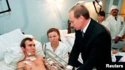 Путин беседует с российским военным, раненным в Чечне. 28 декабря, 1999 год (архивное фото)