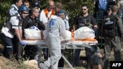 İsrailin Kiryat Malaçi şəhərində Həmasın raketləri ilə öldürülən İsrail vətəndaşının cənazəsi morqa götürülür. 15 noyabr 2012