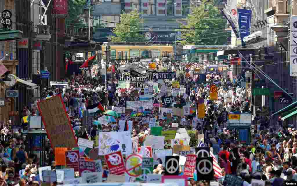 По предварительным данным, более двух тысяч человек митингуют накануне встречи президентов США и России в Хельсинки