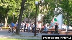 Марш былых пагранцоў вакол фантана ў парку імя Жана Эмануэля Жылібэра