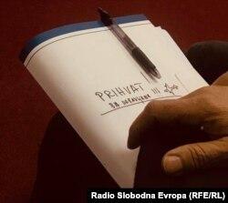 """Dokument s natpisom """"Povratak BA državljana"""" i crtežom aviona koji drži jedan od članova Interresorne grupe za izradu i provođenje Akcionog plana za prevenciju i borbu protiv terorizma na nivou Federacije BiH, tokom pres-konferencije, Sarajevo (5. mart 2020.)"""