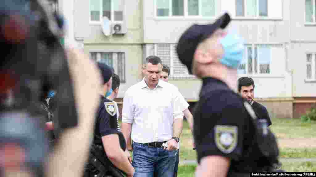 На місце події прибув мер Києва Віталій Кличко.Він повідомив, що частину будинку, в якому стався вибух, демонтують