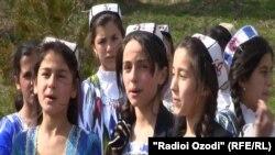 Тажик кыздары улуттук кийимде.