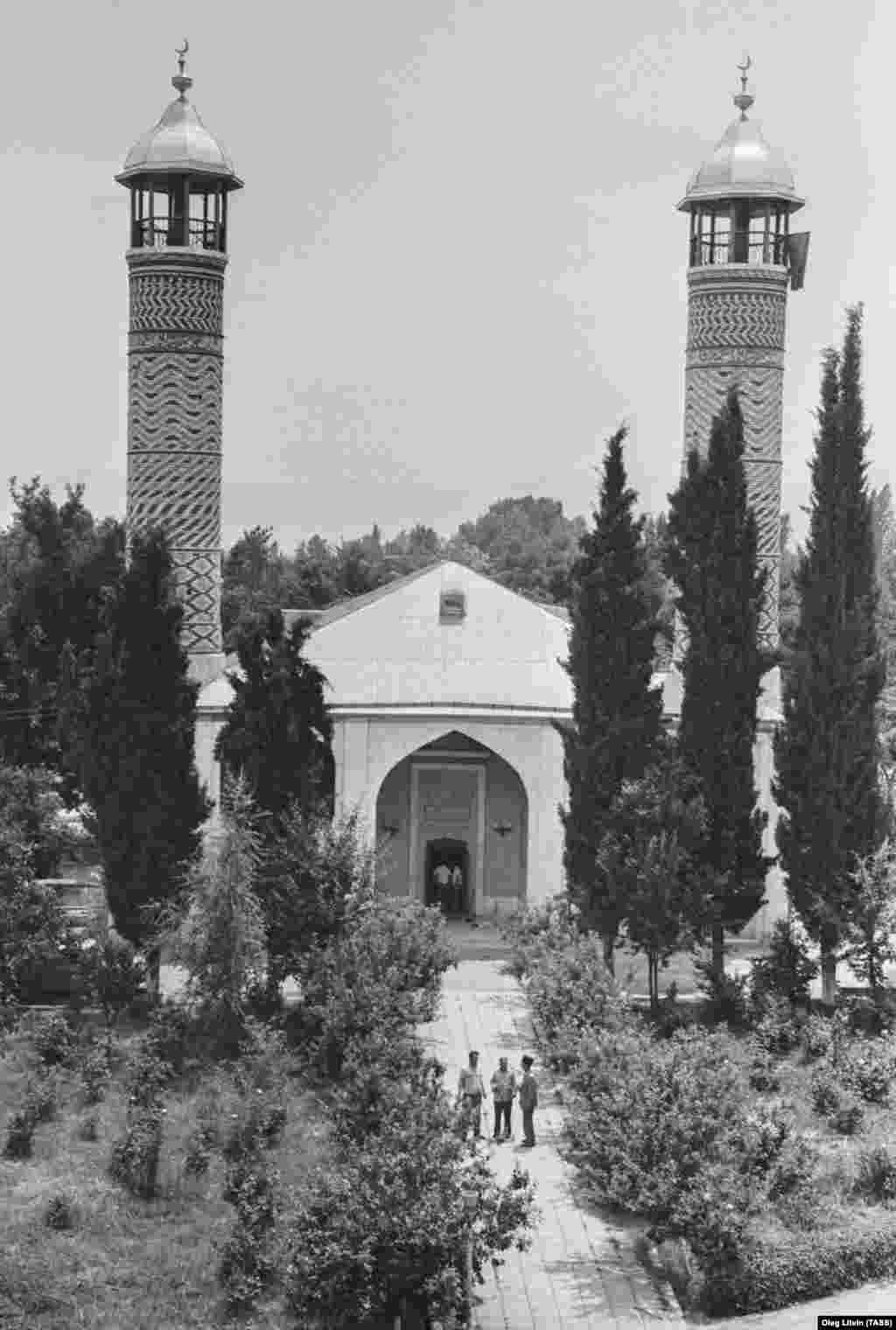 A rare archival photo of the central mosque of Agdam in 1990. Armenians did not inhabit the city after the Azerbaijanis fled and it lay in ruins.