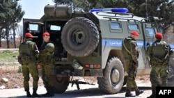 Сирияның солтүстігіндегі Манбиж қаласында жүрген Ресей әскери полициясы.