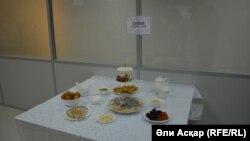 Экспозиция блюд из меню, утвержденного областными имамами. Актобе, 13 апреля 2017 г.