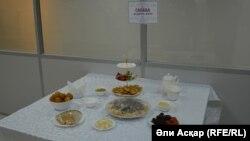 Экспозиция блюд из меню, утвержденного областными имамами. Актобе, 13 апреля 2017 года.