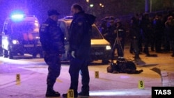 Russia – Police examine the site where a man was shot on Solyanka Street in Moscow, December 16, 2015