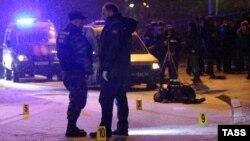 Қаза тапқан ер адамның денесі жатқан жерде тұрған полиция қызметкерлері. Мәскеу, 16 желтоқсан 2015 жыл.