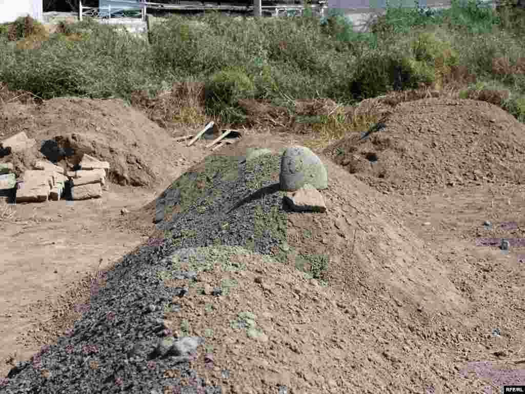 Мажринтау өзбек махалласындағы ескі зират пен жас қабірлер. 19 маусым 2010 жыл.