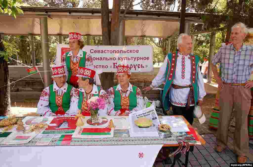Столик Белорусского национально-культурного общества Севастополя с сувенирами и печатными материалами