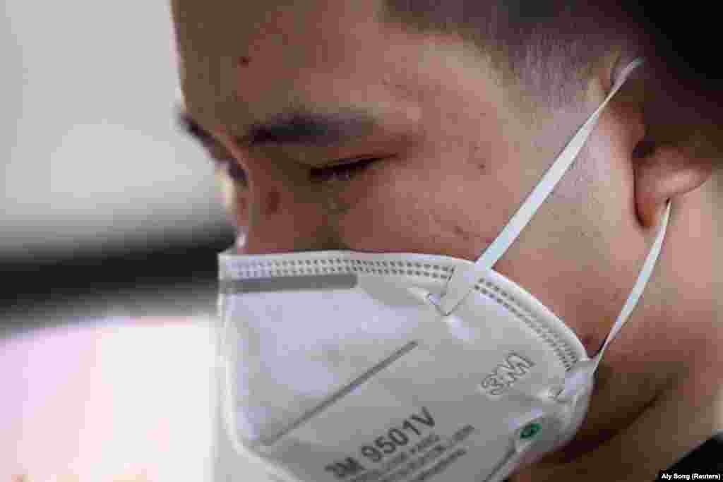 На державу припадає 82783 інфікованих і 3337 померлих. На фото: житель Уханя плаче на церемонії вшанування пам'яті загиблих від СOVID-19