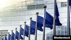 Флаги Евросоюза напротив здания Еврокомиссии в Брюсселе. Иллюстративное фото.