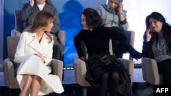 Мелания Трамп беседует с Наталией Понсе де Леон из Колумбии во время церемонии lnternational Women of Courage