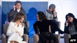 Мелания Трамп беседует с Наталией Понсе де Леон из Колумбии во время церемонии lnternational Women of Courage. Вашингтон, 29 марта 2017 года.