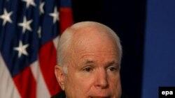 سناتور مک کين در سال ۲۰۰۰ نيز يکی از نامزدهای حزب جمهوريخواه برای انتخابات بود که در نهايت، رقابت درون حزبی را به جرج بوش، رييس جمهوری فعلی آمريکا باخت.