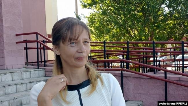 Тацьцяна Васількова, жонка трактарыста і блогера з Хойнікаў Яўгена Васількова каля суду. 3 жніўня 2020 году.