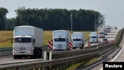 """Грузовики """"гуманитарного конвоя"""", отправленного Россией в Украину. Елец, 12 августа 2014 года."""