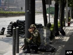 """Уличные сражения в Бангкоке между армией и """"краснорубашечниками"""". 15 мая 2010 года"""