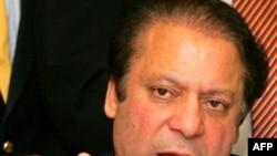 نواز شریف که به مدت هفت سال در تبعید به سر می برد روز دوشنبه وارد فرودگاه اسلام آباد شد.