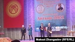 Финалга жолдомо алган акындар: Акматбек Султан уулу, Жылдызбек Төрөканов, Идирис Айитбаев жана Кубат Тукешов.